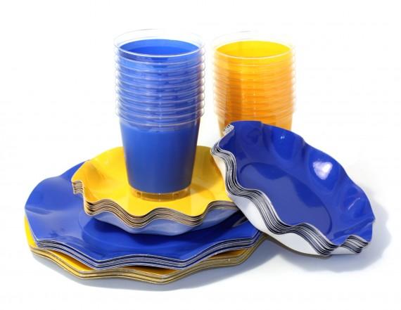 Blå och gula engångsartiklar - papptallrikar, plastglas, servetter
